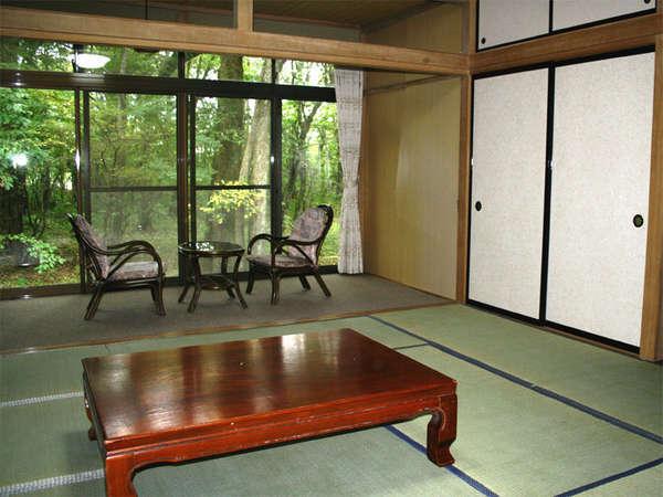 *和室一例:落ち着いた雰囲気の和室。お部屋の窓から季節の風景を眺めてゆったり♪
