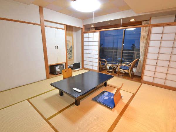 客室は6~10畳の和室。トイレは共同となります。エアコン・洗面・貴重品ロッカー完備。