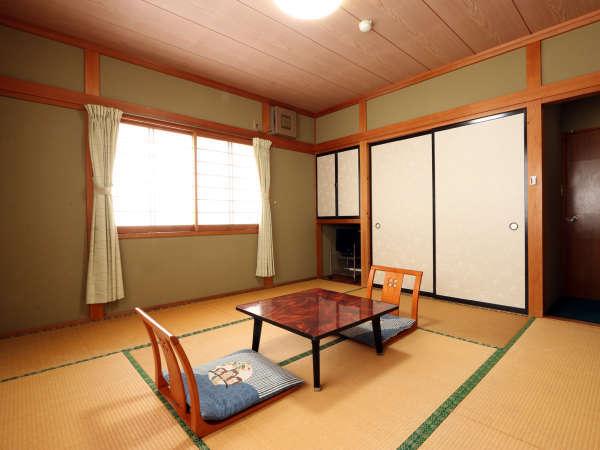 1~3名まで泊まれるバス・トイレなし和室8畳客室です。基本お布団事前に敷いてあります。