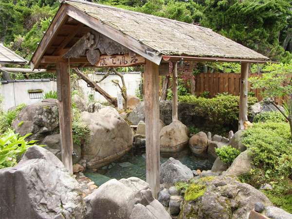 【露天風呂】自然に囲まれた露天風呂で景色をお楽しみ下さい。