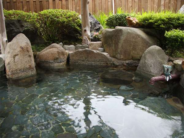 【露天風呂】湯量豊富な温泉を存分にご堪能下さいませ。
