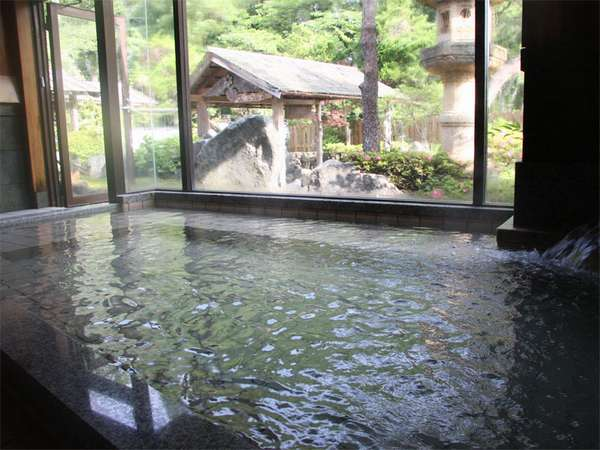 【大浴場】大きな窓があり開放感のあるお風呂です。