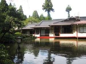 カップル、ファミリーに人気の池ノ上に造られたお部屋です。