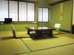 10畳の和室です。旧館で建物は古いですが、中庭が御覧頂けるお部屋です。