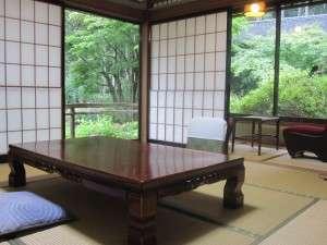 8畳+2畳の間が付いた和室です。鯉などが泳ぐ池や、四季折々の風景が御覧頂けます。
