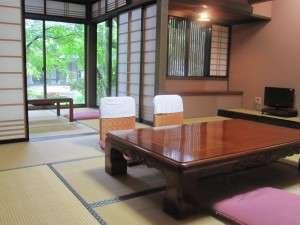 10畳+4畳の間が付いた和室です。お部屋からは四季折々の風景と小川が御覧頂けます。