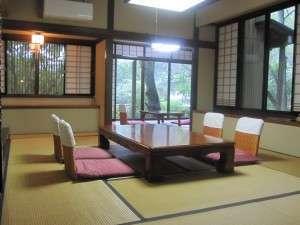 10畳+6畳の間が付いた和室です。お部屋からは四季折々の風景と小川が御覧頂けます。