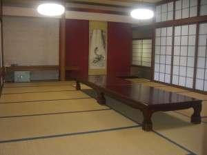 20畳+4畳の間が付いた和室です。旧館で建物は古いですが、中庭が御覧頂けるお部屋です。