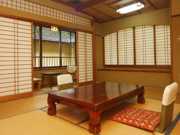 12畳+2畳の間が付いた和室となります。旧館のため建物は古いですが、中庭がご覧いただけるお部屋です。