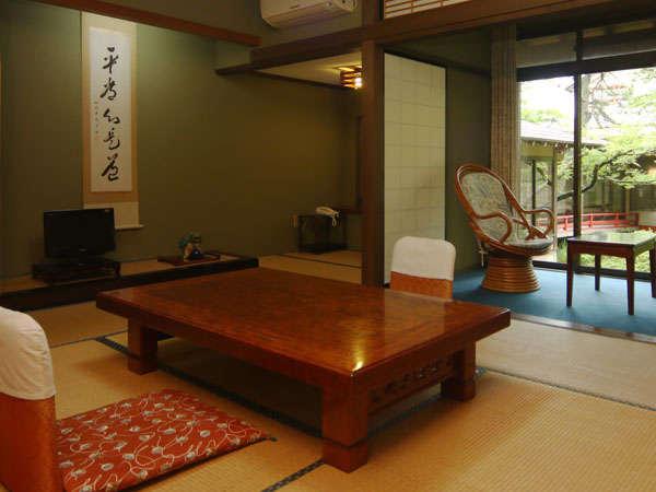 10畳~12畳+4畳の間が付いた離れのお部屋です。四季折々の風景がご覧いただけます。