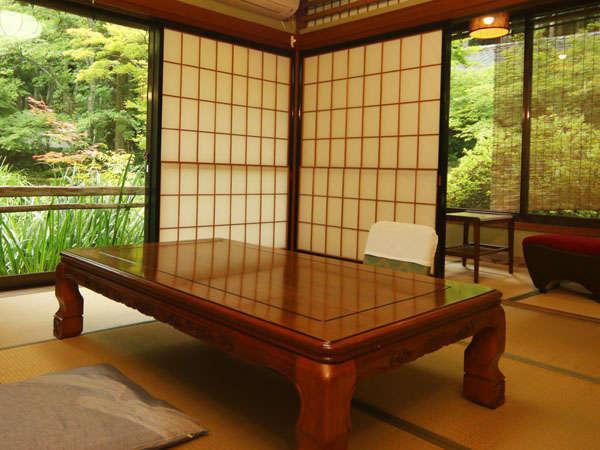 8畳+2畳の間がついた和室です。四季折々の風景もお楽しみいただけます♪