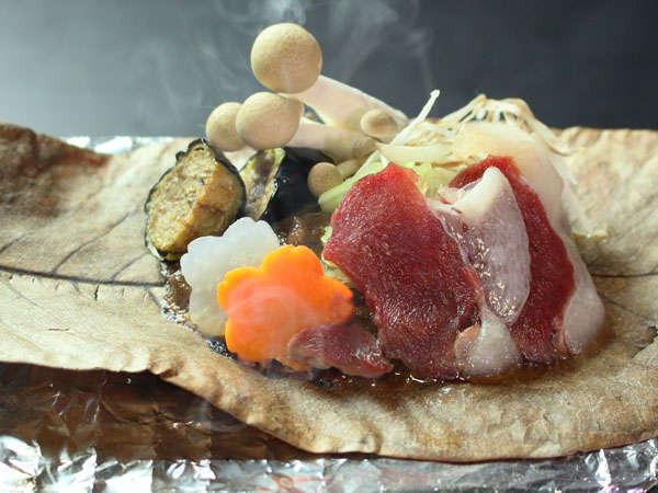 具だくさんの自家製味噌とコクのある熊肉を朴葉の上で焼いてお召し上がりいただくお料理です。