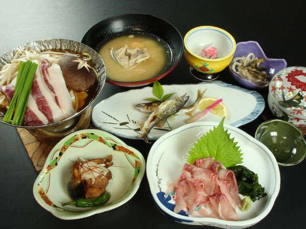 当館では旬の川魚やジビエ料理など山の恵みをふんだんに使ったお料理をご用意しております。
