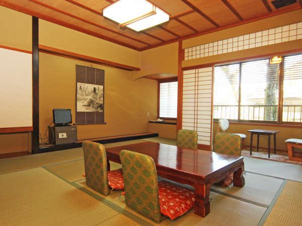 12畳+2畳の間が付いた和室です。中庭が御覧頂けるお部屋です。(水魚)