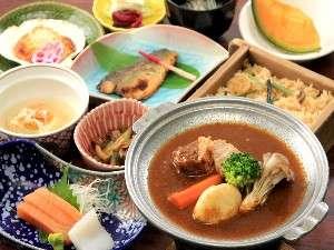 ◆層雲御膳◆一階レストラン「彩雲」にて【陶板にビーフシチューを一品にお造り、焼物、ご飯物など10品】