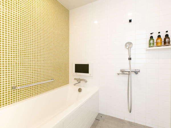 【デラックスツイン】洗い場付きのバスルーム。バスタブでお湯を貯めてゆったり♪小型液晶TVも完備!