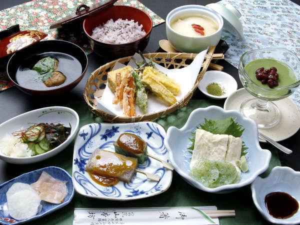 精進料理◆ご夕食一例になります。山菜の天ぷらやお豆腐など、身体に優しいお献立が並びます。