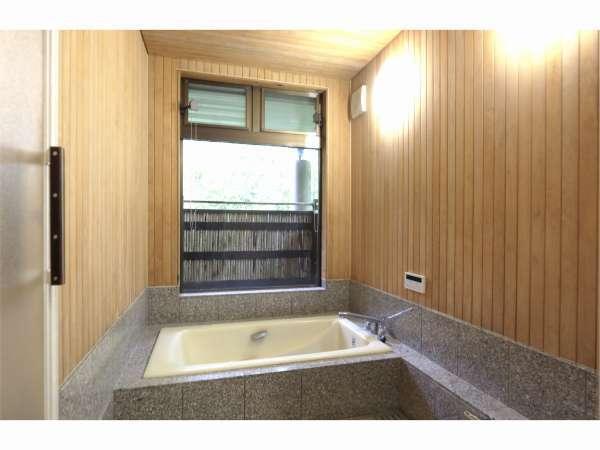 ヒノキ張りの大きなお風呂は贅沢なひとときを演出してくれます。外の自然が眺望できます。