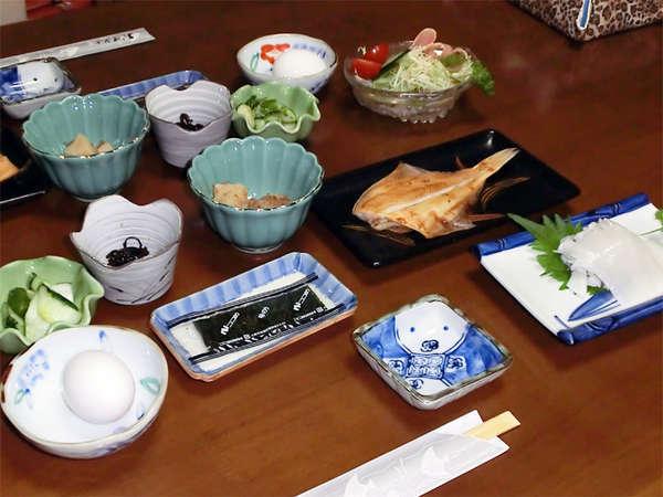 *朝食一例/近くの漁港で仕入れる新鮮な焼き魚がうれしい和朝食。