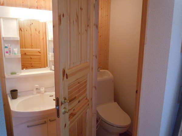 B棟:清潔な洗面とトイレ(ウォシュレット付)