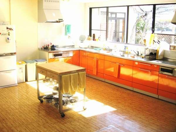 広々としたゲスト用キッチン、自炊で節約
