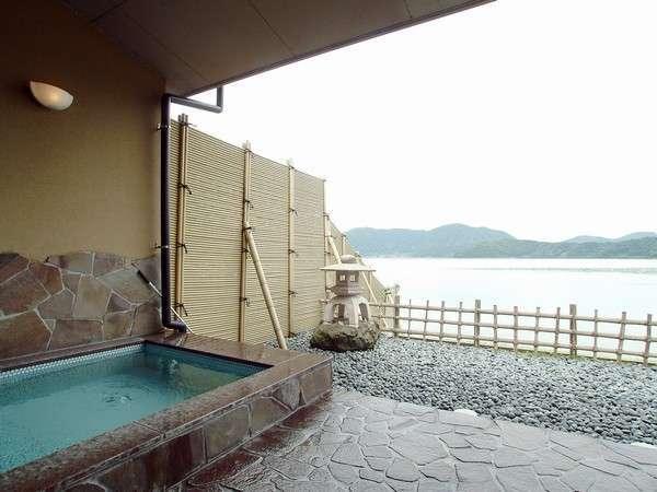 天然温泉、湖に手が届くような露天風呂