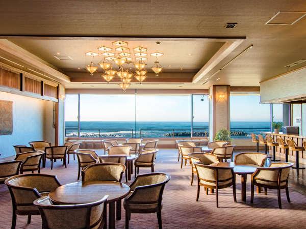 *大きな窓の向こうに広がる雄大な日本海を眺めるロビーです。