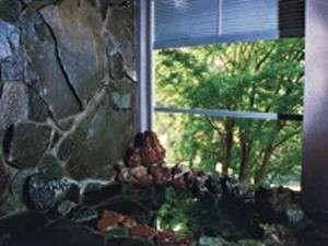 男性用のお風呂です。窓から新緑や紅葉が楽しめます。