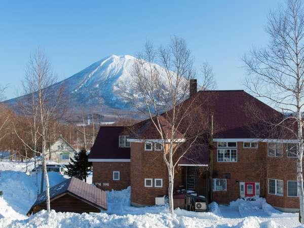 雪で輝く羊蹄山をバックにしたラマットニセコ