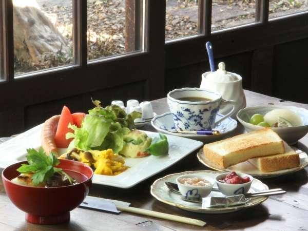 朝食は自家製ジャムやお餅が素朴で優しい味わい。レトロな土間スペースでご提供。