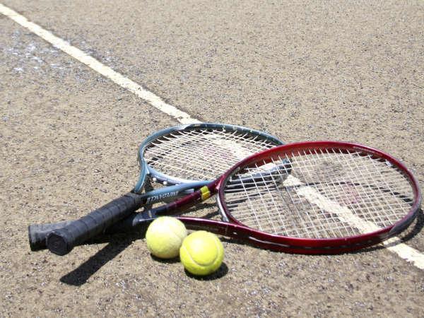 宿のすぐ横に5面のテニスコート有