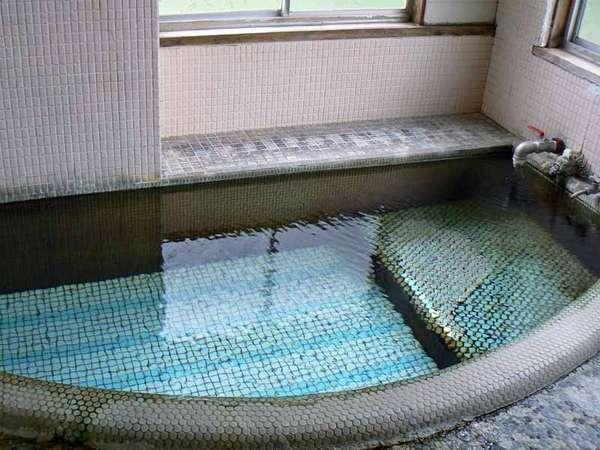 源泉かけ流しの泉質は、お湯は高めの温度なので体が芯から温まります。