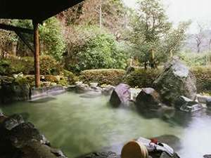 源泉掛け流しの露天風呂。温泉の泉質はしっとり肌にまとわり付く感じの美人湯。
