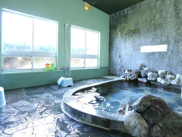 広々した雰囲気ある岩風呂。旅の疲れをゆっくり癒してください。