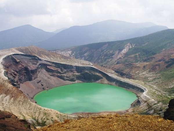 観光名所「御釜」。気候などで湖が5色に変わる。ロープウェイ山頂駅から1.5時間のトレッキングで到着♪