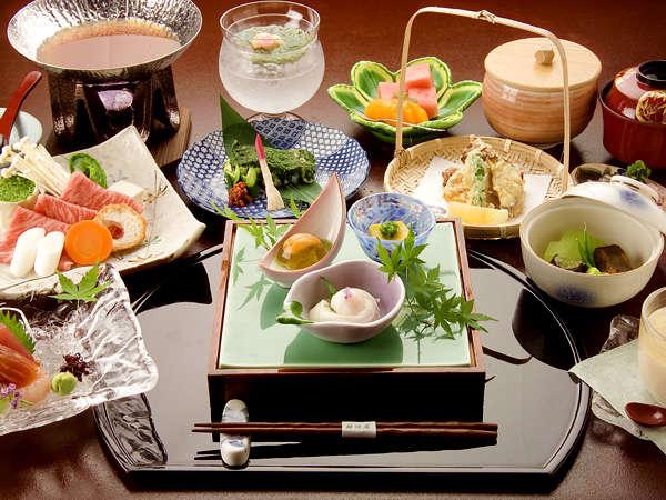 旬の食材を厳選。調理長が丹精こめてご用意する会席です。
