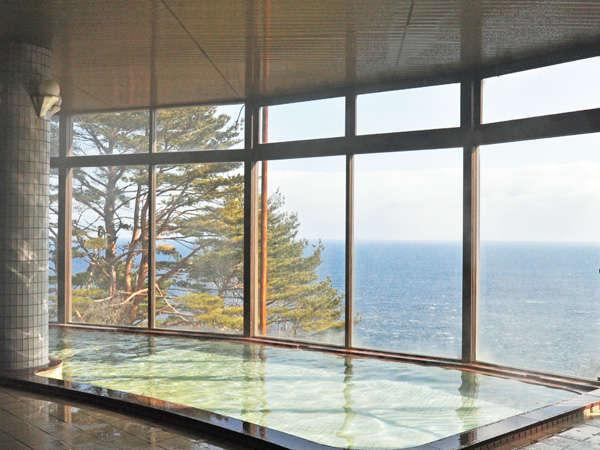 【展望大浴場】大きなガラス窓から紺碧の海と空が一望できます。絶景は冬場がおすすめです。