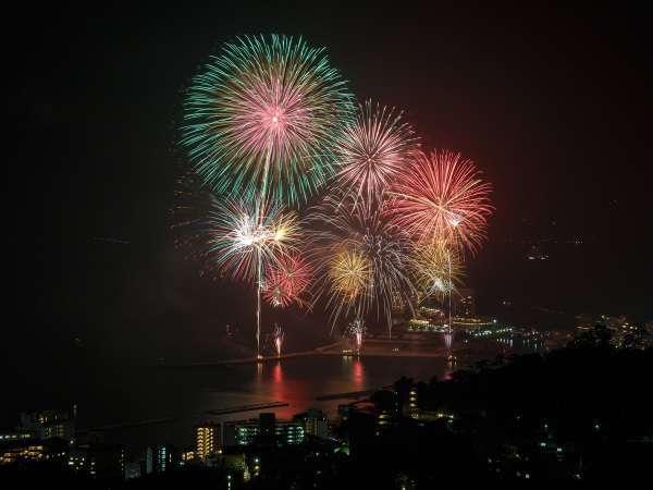 【花火大会】カラフルな花火が夜空を彩ります