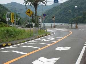 名古屋方面からは、白い看板(きよもんの湯)直に左折して下さい。旅館まですぐです。駐車場に入って下さい