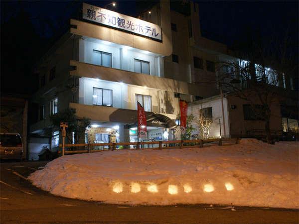 *夜のホテル外観です。