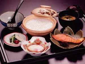 朝粥:焼き魚、卵料理、漬物盛り合わせ、味噌汁、お粥