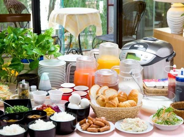 炊き立てご飯とスタッフ手作りのお味噌汁、ふわふわのスクランブルエッグなど種類豊富な朝食サービス♪