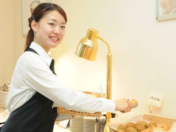 食パンにクロワッサン、その他日替わりも含めて毎日4種類ご準備しております。