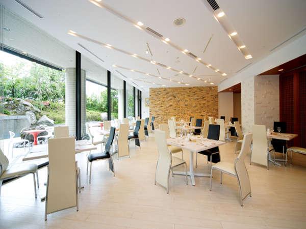 レストラン「ミラヴェール」ガラス張りの光あふれる開放的なレストラン