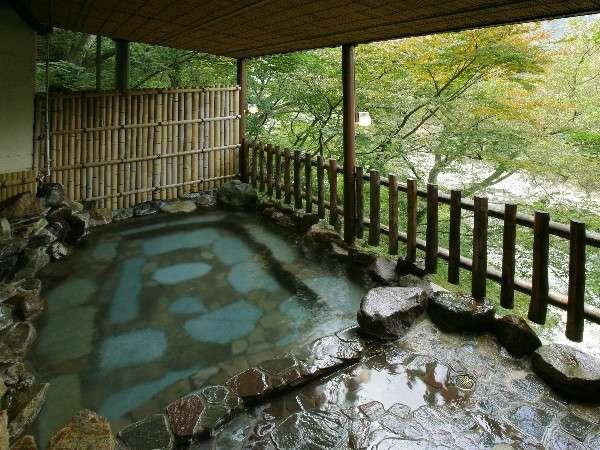 鬼怒川の美しい渓谷と新鮮な空気、せせらぎをBGMに温泉を愉しむ