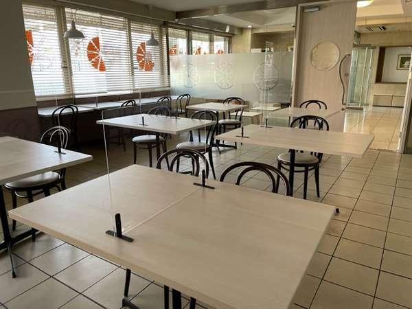 コロナウィルス感染防止策として レストラン内では席数の削減とアクリル板設置等をおこなっております