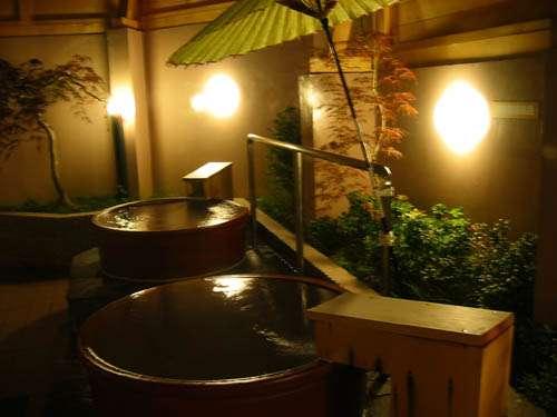 湯の花舞う 源泉かけ流しのお風呂(露天 陶器風呂 夜)