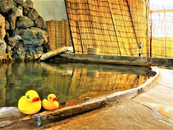 お風呂は貸切になっております♪掛け流しの岩風呂です。4~5名入れる広さ☆