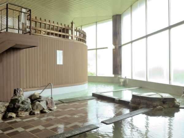 開放的な雰囲気はそのままに2010年夏に壁面の改装を終えた大浴場。