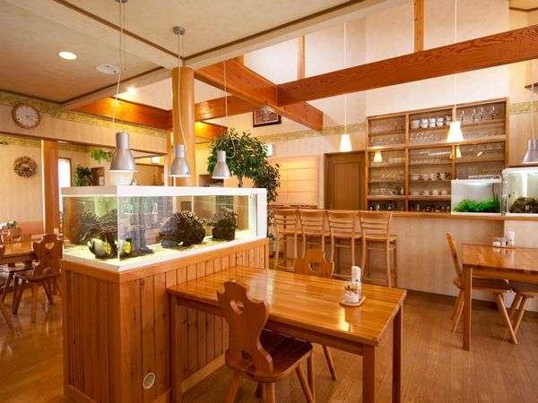 熱帯魚水槽が置かれたダイニング。 お食事はここでお召し上がりいただきます。